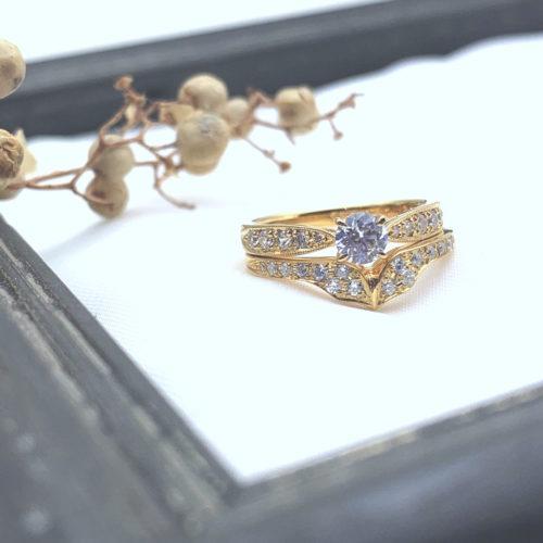 V字の結婚指輪とミルのサイドメレ