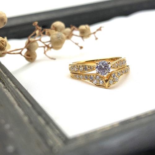 V字の結婚指輪とミルのサイドメレ婚約指輪の重ねづけ