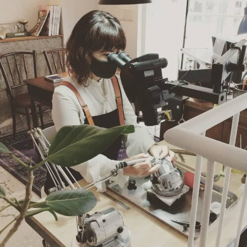 女性職人がリング原型を制作中