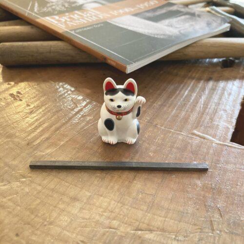 シルバーの平板with招き猫