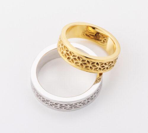伝統的な「麻の葉模様」「亀甲模様」を 職人が一つ一つ細密に彫刻する結婚指輪 日本の手作業の極みを身につける喜び 鬼滅の刃で禰󠄀豆子、冨岡義勇の着物の柄としても有名です。