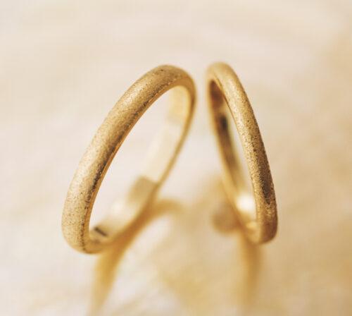 シンプルな平甲丸リングに思いのテクスチャーでおつくりできるオーダー結婚指輪